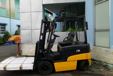 Xe nâng điện ngồi lái Komatsu tải trọng 2,5 tấn lên 3 mét